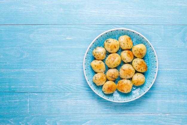 Deliciosas papas asadas con eneldo, vista superior
