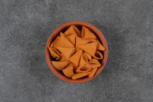 Deliciosas patatas fritas crujientes en tazón de cerámica.