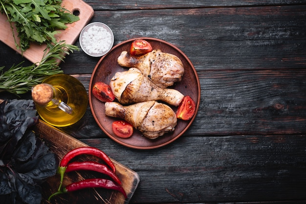 Deliciosas piernas de pollo, carne a la brasa. el menú en el restaurante, un plato a la parrilla