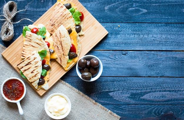 Deliciosas quesadillas vegetarianas con tomates, aceitunas saad y cheddar