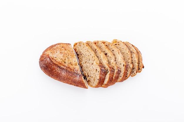Deliciosas rebanadas de pan cortado en el fondo blanco