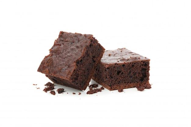 Deliciosas rebanadas de pastel de chocolate aisladas en blanco
