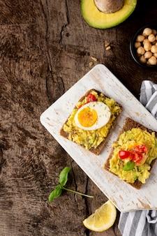 Deliciosas tostadas con crema vegetal en la tabla de cortar
