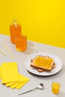 Deliciosas tostadas con mermelada de limón sobre fondo gris