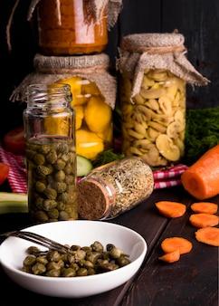 Deliciosas verduras caseras en conserva