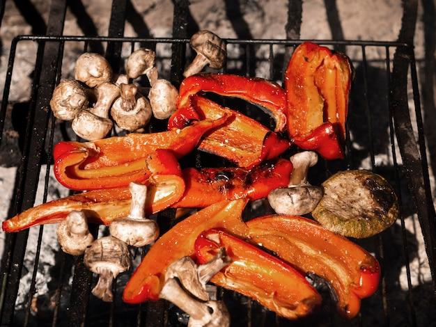 Deliciosas verduras a la parrilla iluminadas por el sol desde arriba