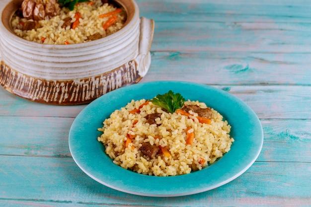 Delicioso almuerzo con arroz guisado, carne y zanahoria.