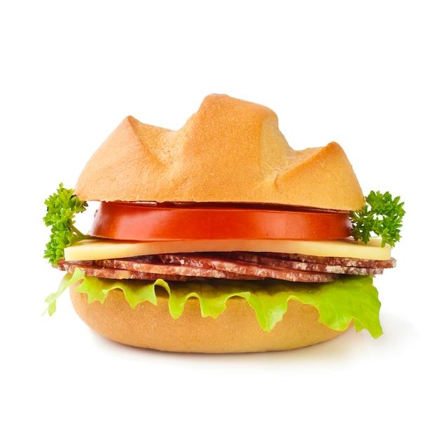 Delicioso andwich close-up sobre una superficie blanca