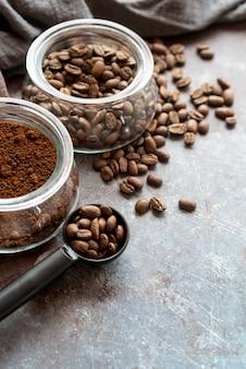 Delicioso arreglo de granos de café y polvo.