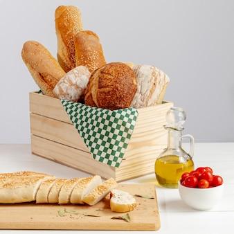 Delicioso arreglo de pan horneado con tomates