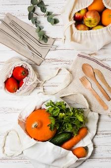 Delicioso arreglo plano de comida para un estilo de vida saludable
