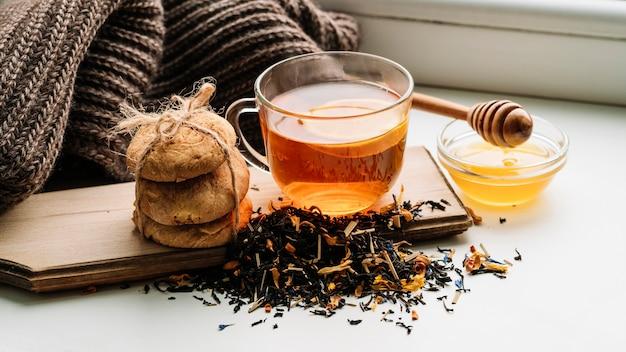 Delicioso arreglo de taza de té y galletas.