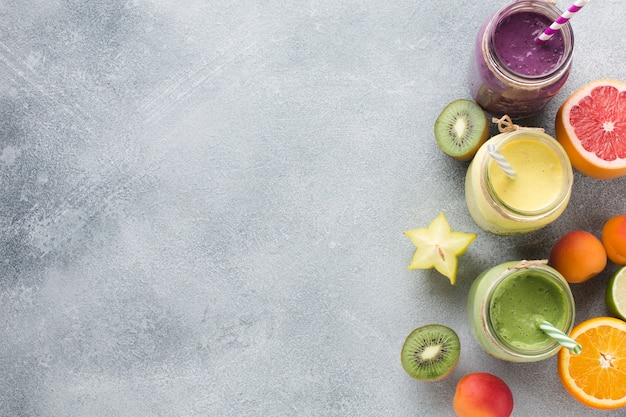 Delicioso batido y diseño de frutas con copyspace.