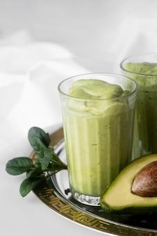 Delicioso batido verde con aguacate