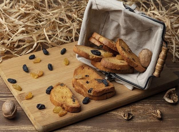 Delicioso bollo de pan dulce sobre fondo de madera