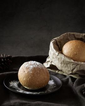 Delicioso bollo de pan recién horneado