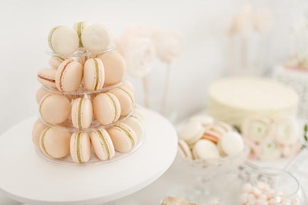 Delicioso buffet dulce con pastelitos. candy bar