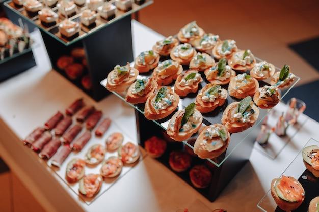 Delicioso buffet festivo con canapés y diferentes comidas deliciosas.