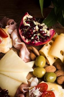 Delicioso buffet con primer plano de queso