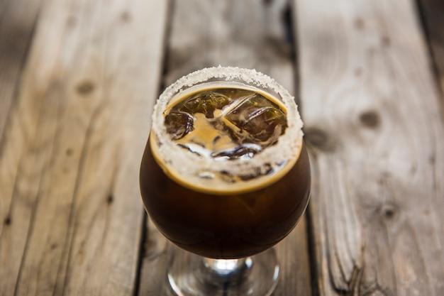 Delicioso café con hielo en el escritorio de madera
