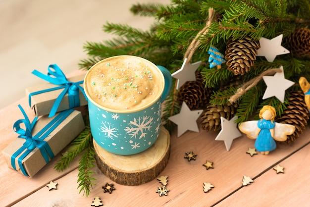 Delicioso café navideño. y ramas de abeto con conos.