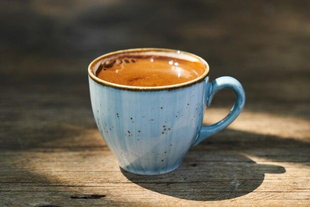 Delicioso café turco sobre la mesa.