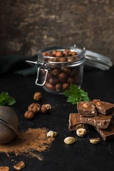 Delicioso chocolate con avellanas listo para servir