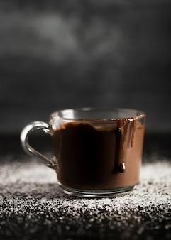 Delicioso chocolate derretido en una taza transparente