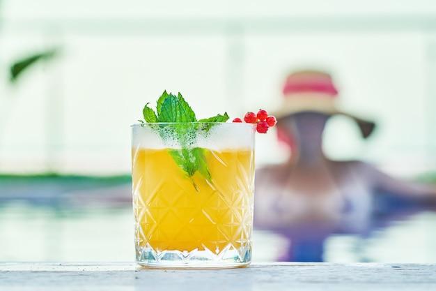 Delicioso cóctel tropical y niña