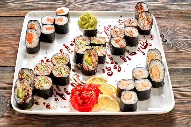 Delicioso conjunto maki servido en plato blanco.