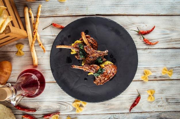 Delicioso costillar de cordero con salsa de hummus