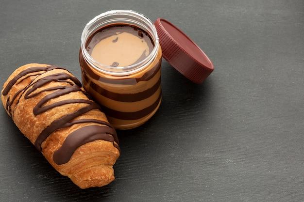Delicioso croissant de chocolate y untado