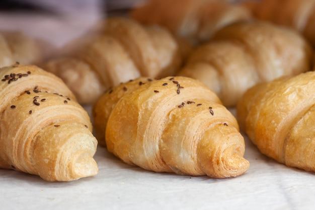 Delicioso croissant cremoso en la ventana de la pastelería