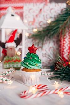 Delicioso cupcake navideño en forma de árbol de navidad