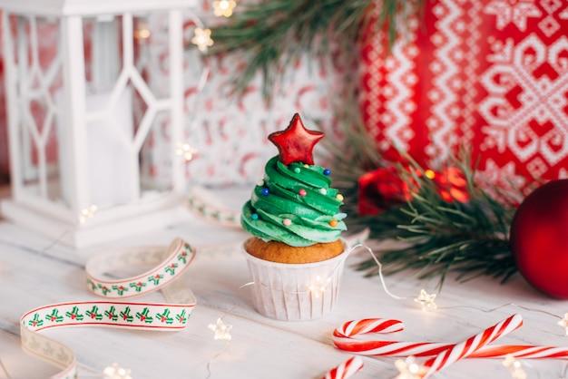 Delicioso cupcake navideño en forma de árbol de navidad con