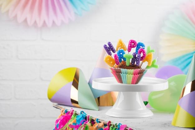 Delicioso cupcake con velas de cumpleaños