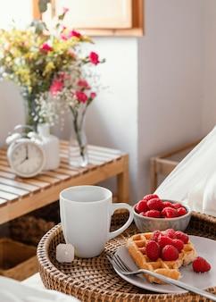 Delicioso desayuno de alto ángulo en placa