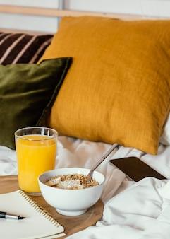 Delicioso desayuno con cereales y plátano.