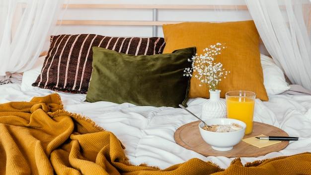Delicioso desayuno en concepto de cama