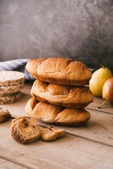 Delicioso desayuno de croissant y fruta seca.