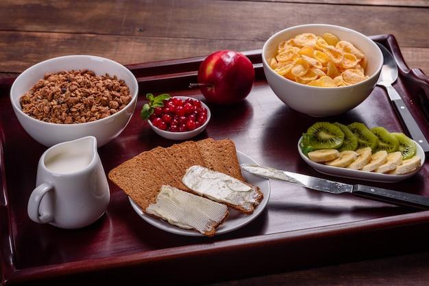 Delicioso desayuno con cruasanes recién hechos y bayas maduras en una hermosa mesa de madera