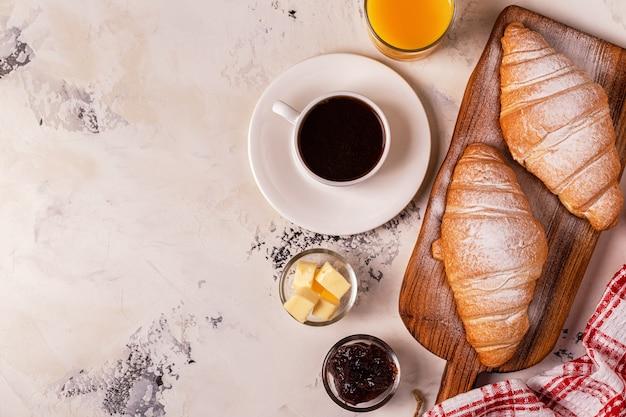 Delicioso desayuno con cruasanes recién hechos.