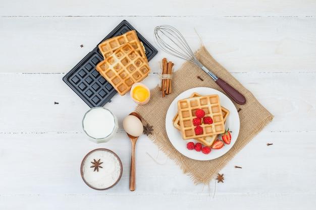 Delicioso desayuno con gofres y frutas.