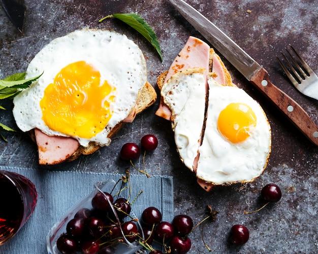 Delicioso desayuno de huevos y jamón tostado.