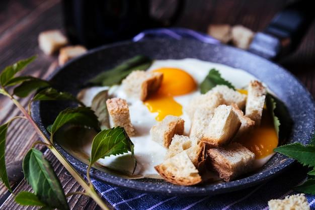 Delicioso desayuno de huevos y pan rallado.
