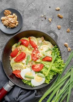 Delicioso desayuno con huevos y verduras.