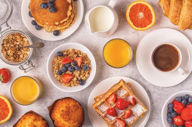 Delicioso desayuno en una mesa de luz