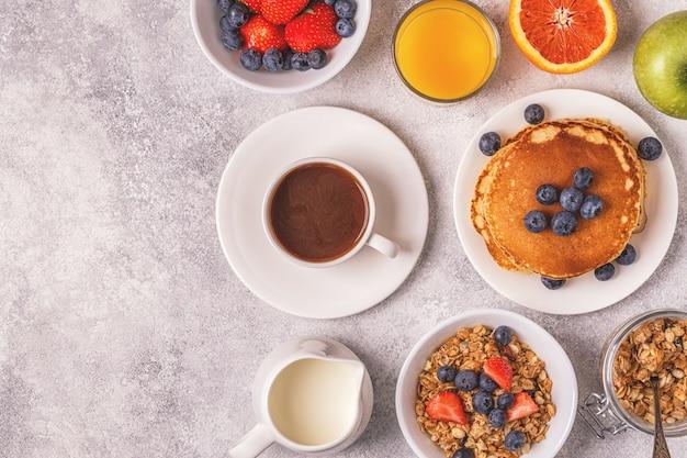 Delicioso desayuno en una mesa de luz.