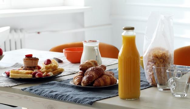 Delicioso desayuno en la mesa