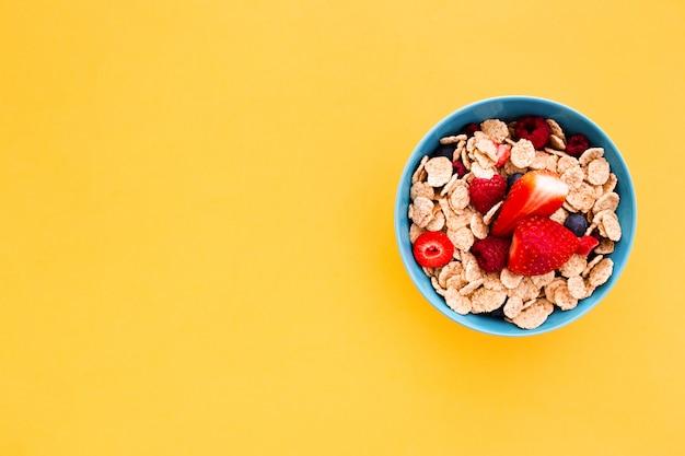 Delicioso desayuno saludable sobre un fondo amarillo
